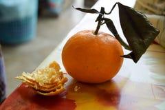 Tangerine z tangerine łupą Zdjęcie Royalty Free