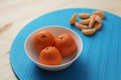 Tangerinen auf einer Platte Stockbild