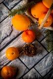 Tangerinen auf grauem Hintergrund Stockbilder