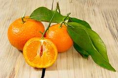Tangerinen auf hölzernem Hintergrund. Lizenzfreies Stockfoto