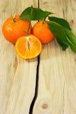 Tangerinen auf hölzernem Hintergrund. Stockfotos
