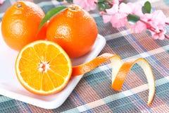 Tangerinen auf weißer geformter Platte stockfotografie