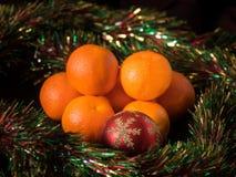 Tangerinen + ein Weihnachtsball Stockfotos
