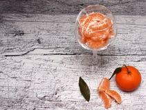 Tangerinen in einem Glasvase stockfotos