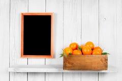 Tangerinen in einem Kasten lizenzfreies stockbild
