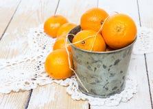 Tangerinen in einem kleinen Eimer lizenzfreie stockfotos
