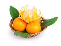 Tangerinen in einer wattled Platte Lizenzfreies Stockbild