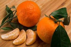 Tangerinen mit Blättern Stockbild