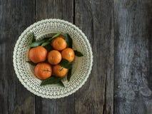 Tangerinen mit Blättern lizenzfreie stockbilder
