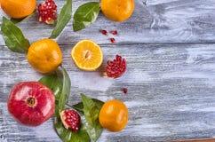 Tangerinen mit Blättern auf einem hölzernen Hintergrund stockbild