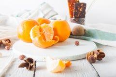 Tangerinen mit muesli und der Trockenfrüchte hellem Hintergrund Morgen Stockbild