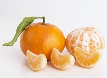 Tangerinen oder Klementinenfrüchte und abgezogene Segmente Lizenzfreies Stockbild