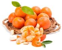 Tangerinen oder Mandarine mit Blättern und Scheiben Stockbilder