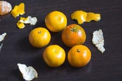 Tangerinen und ihre Häute Stockbilder