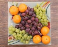 Tangerinen und Trauben in einer Schüssel Stockfoto