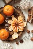 Tangerinen und Zimt auf dem Tisch nahe dem Weihnachtsbaum Stockbild