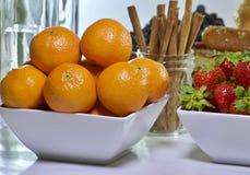 Tangerineorangen mit frischer Erdbeere lizenzfreie stockfotos
