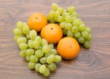 Tangerines και πράσινα σταφύλια Στοκ εικόνες με δικαίωμα ελεύθερης χρήσης