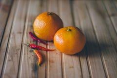 Tangerines και ψυχρά πιπέρια στοκ φωτογραφία με δικαίωμα ελεύθερης χρήσης