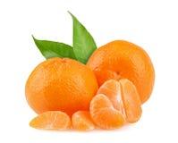 Tangerines με τα φύλλα και φέτες στο άσπρο υπόβαθρο Στοκ εικόνα με δικαίωμα ελεύθερης χρήσης