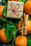Tangerines πράσινες διακοσμήσεις νιφάδων χιονιού κιβωτίων δώρων ραβδιών κανέλας φύλλων νέο έτος Χριστουγέννων Στοκ Φωτογραφίες
