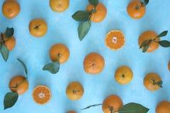 Tangerines σε ένα μπλε υπόβαθρο η κορυφή βλέπουν στοκ εικόνα