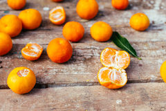 Tangerines στο ξύλινο υπόβαθρο στοκ εικόνες