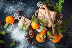 Tangerines Χριστουγέννων ρωσικές διακοπές παράδοσης κιβωτίων Στοκ Εικόνες