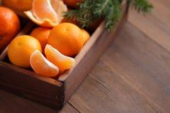 Tangerines в деревянной коробке Стоковые Изображения RF