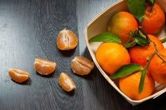 Tangerines в корзине на деревянной предпосылке стоковое фото