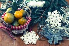 Tangerines в плите и ветви Coniferous Стоковое фото RF