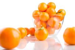 Tangerines в стеклянном шаре на белой предпосылке Стоковое Изображение