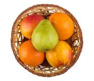 Tangerines, груши и нектарины в плетеной корзине изолированной на wh Стоковое Изображение RF