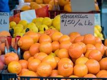 Tangerines для продажи на рынке ` s фермера для низкой цены Стоковое фото RF
