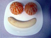 Tangerines и банан клали вне в форме улыбки стоковое фото rf