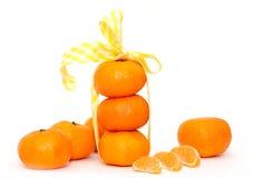 Tangerines и и ломтики на белой предпосылке Стоковые Фото