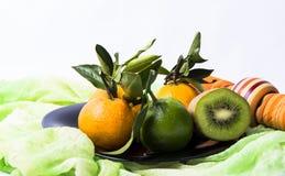 Tangerines кивиа на плите стоковое изображение rf