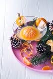 Tangerines, который слезли tangerines и сок tangerine в стекле Сок мандарина и свежие фрукты с листьями Идея рождества стоковые изображения