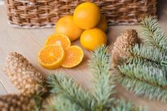 Tangerines, мандарины с ветвями рождественской елки на деревянной предпосылке скопируйте космос Стоковые Изображения RF