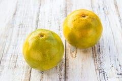 Tangerines на белой предпосылке деревянного стола Стоковые Фотографии RF