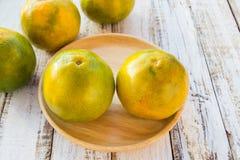 Tangerines на белой предпосылке деревянного стола Стоковая Фотография