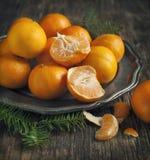 Tangerines на винтажной плите Стоковое Изображение