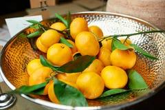 Tangerines на красивой плите на таблице Стоковое фото RF