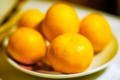 Tangerines на плите Стоковые Изображения