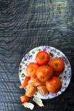 Tangerines на плите на темной предпосылке Стоковая Фотография