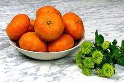 Tangerines на плите с зеленым gerber Стоковое Изображение
