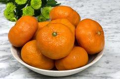 Tangerines на плите с зеленым gerber Стоковое Изображение RF