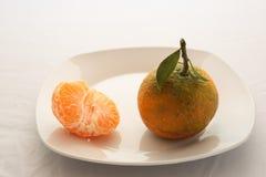 2 tangerines на плите Стоковые Изображения