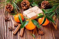 Tangerines праздника с ветвями и конусами ели Стоковые Изображения