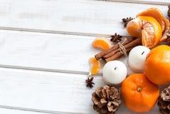 Tangerines, ручки циннамона, анисовка звезды и свеча - рождество m Стоковое Фото